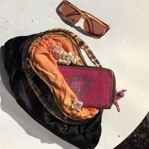 En Juicy Couture plånbok som är rosa och brun. SUPER SÖTT men jag använder den inte så mycket. Köpt av en härlig person på Plick! Den är använd och smått smutsig i botten men inget stort!