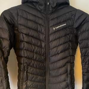 "Säljer min dunjacka från Peak Performance i modellen ""Frost Down Hood Jacket"". Storlek S. Nypris ca 2500kr"