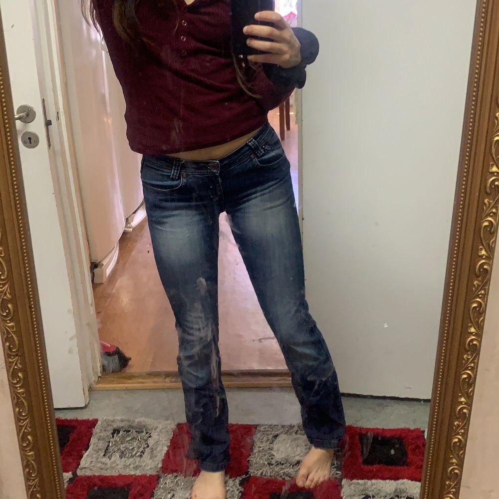 Världens snygga låg midjade jeans vet fan ej varför ja säljer säljer säkert för ja känner att de finns fler som kan styla dessa sjukt snyggt fett coola ❤️😌. Jeans & Byxor.