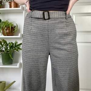 Ett par gråa rutiga byxor med inbyggt skärp. Vida och mjuka. Högmidjade. Har fickor. Från vero Moda. Storlek 36 men har sytt in dom så dom passar xs, kan dock lätt sprätta upp det om det önskas! Jag är 162cm🤍