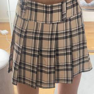 Jättefin mönstrad kjol som ger en skoluniform kjol vibe. Kommer tyvärr inte till användning, endast testad. Budgivning startar på 50kr. Frakt tillkommer på 48kr