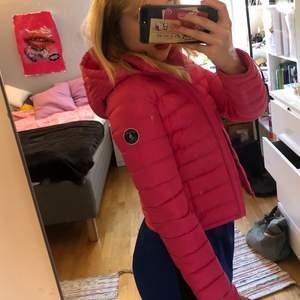 Tunnare jacka, asssnygg figursydd passar S. Säljer då den var lite liten på mig:(
