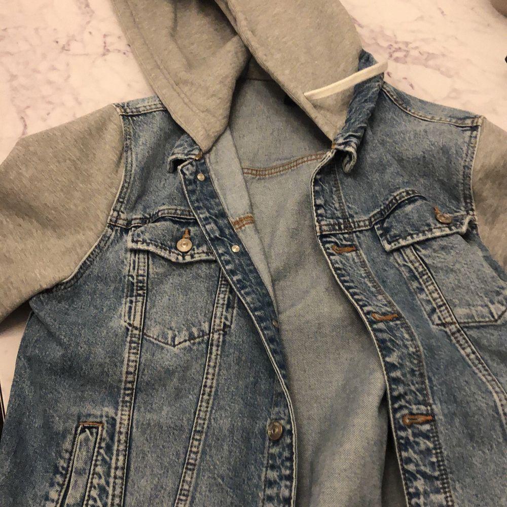 Snälla köp lol hatar den köpte den i sommras 2020 och hatar den lol själva jackan/koftan 80kr sen frakt är 170 och den i  storlek L passar mig ganska bra men den känns lite tajt faktiskt . Jeans & Byxor.