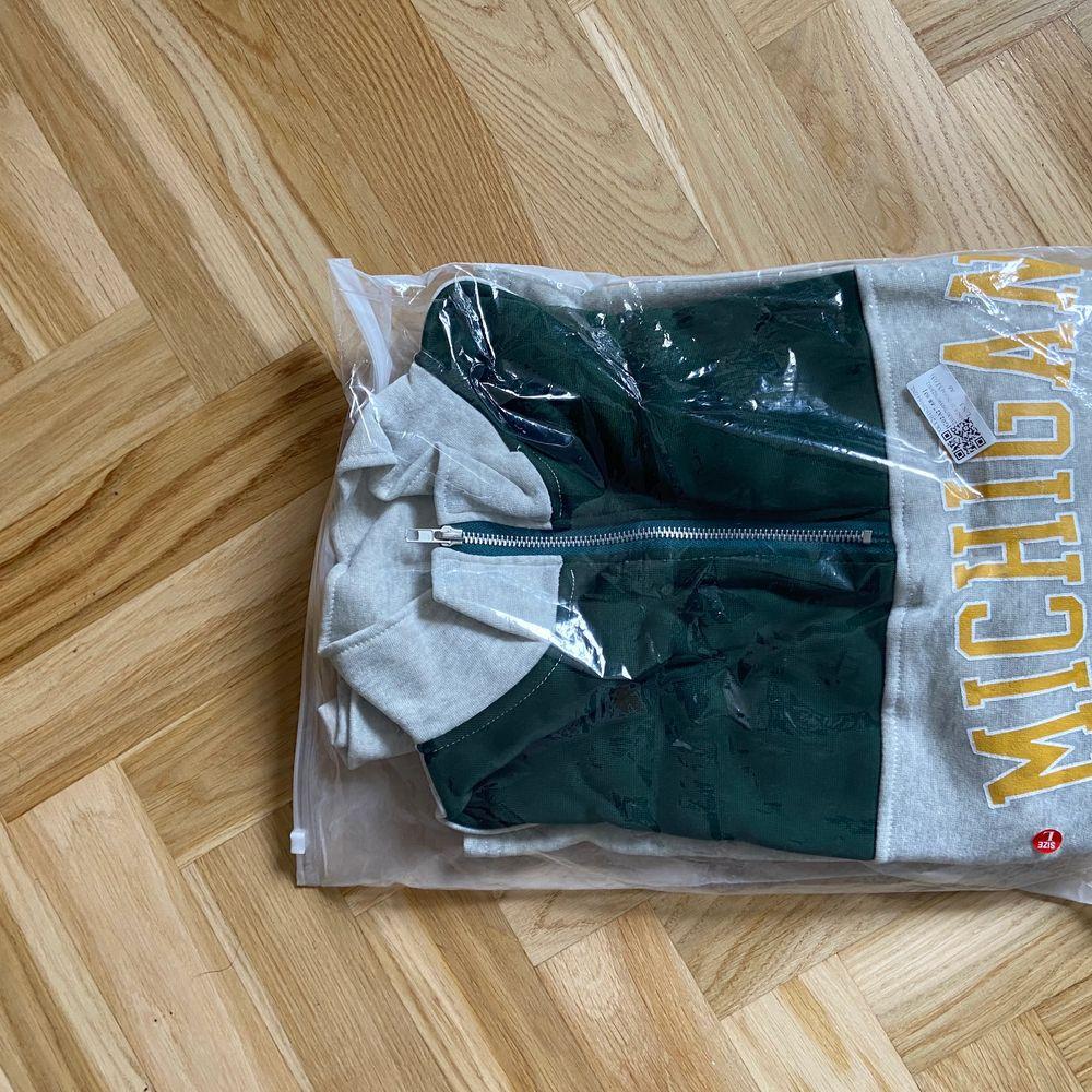 STRL XL. Oanvänd, jag köpte två storlekar för att se vilken som skulle passa bäst 💛💛 buda i kommentarerna. Huvtröjor & Träningströjor.