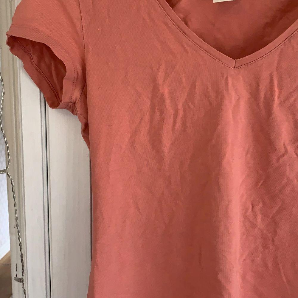 Basic t-shirt i väldigt skönt material.. T-shirts.
