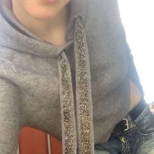 En super fin hoodie som är super fin med ett par jeans till😍 säljer den pga inte min stil✨pris kan diskuteras vid snabb affär!✨💕