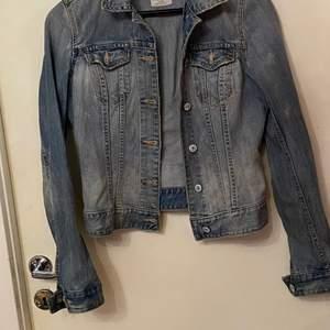 En jeansjacka köpt från hm 2017 för 300 kr. Jackan är i helt okej skick men inga skador eller hål. Jackan är i storlek 34 men funkar som 36 då den är ganska stor i storleken. Pris kan diskuteras och skriv till mig för bättre bilder