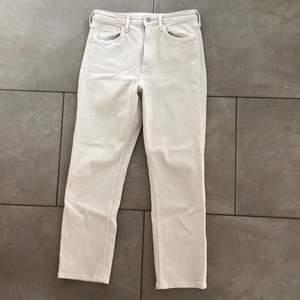 """säljer ett par Jeans i färgen beige. modellen heter """"Vintage slim"""" och sitter ungefär som mom jeans. De är i strl 38. Säljer dem för 50kr + ev frakt🤍"""