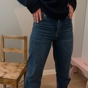Säljer dessa jättebekväma raka jeansen. Min kompis på bilder är 173 cm lång,så jeansen är långa! Men passar även på kortare då det är snyggt när jeansen skrynklar sig lite! Jeansen är i storlek 40 men skulle säga att dem är små i storleken då min kompis brukar ha 36/38 i storlek på jeans! Kan även disskutra priset vid snabbaffär!