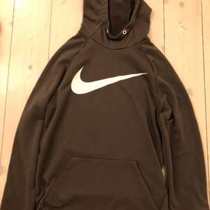 Mörkgrön Nike DRI-FIT sporthoodie i sorlek S. Stort vitt Nike märke på bröstet samt fickor nertill på magen. Inga skador på plagget bortsätt från att den saknar banden i luvan. Kontakta mig gärna för fler bilder:)