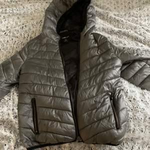 En jätte fin grå jacka i storlek S 50 kr plus enventull frakt❤️