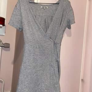 Säljer en omlott klänning med valfrisnörning på sidan. Är i storlek 152/164 men passar mig som är i Storlek 34 i vanliga fall. Fint skick