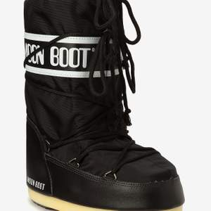 Svarta klassiska moonboots, större strl men med sockor eller sula fungarar de till betydligt mindre strl. Köpte använda 1 gång och sedan använda under 1 vecka, så väldigt fint skick!! Fler intresserad så buda privat🥰