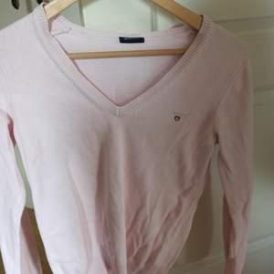 Säljer en långärmad pastell rosa tröja från GANT! 💕 Märkeskläder har aldrig varit min grej och därför är den knappt använd. Fick i födelsedagspresent av en släkting för längesen.