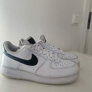 Nike air force 1 i storlek 40,5 i bra skick.🥰                                     Helt nya skosnören. 👍                                                                  Betalningen sker via Swish.💫.                                                  En liten skada på vänster fotens inner kant men den syns och märks knappt.                                                                    Jag är osäker på fraktpriset men jag tror det är rätt. 📦