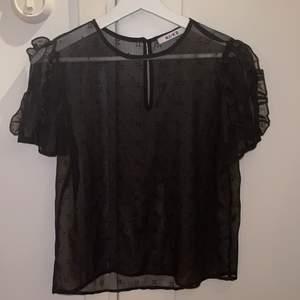 Nakd tröja med mesh material med blommigt mönster o detaljerade ärmar. Passar Xs och X. 75 kr + frakt