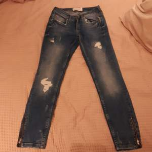Kristen jeans storlek 27/30. Säljs inte längre i gina tricot aldrig använda.