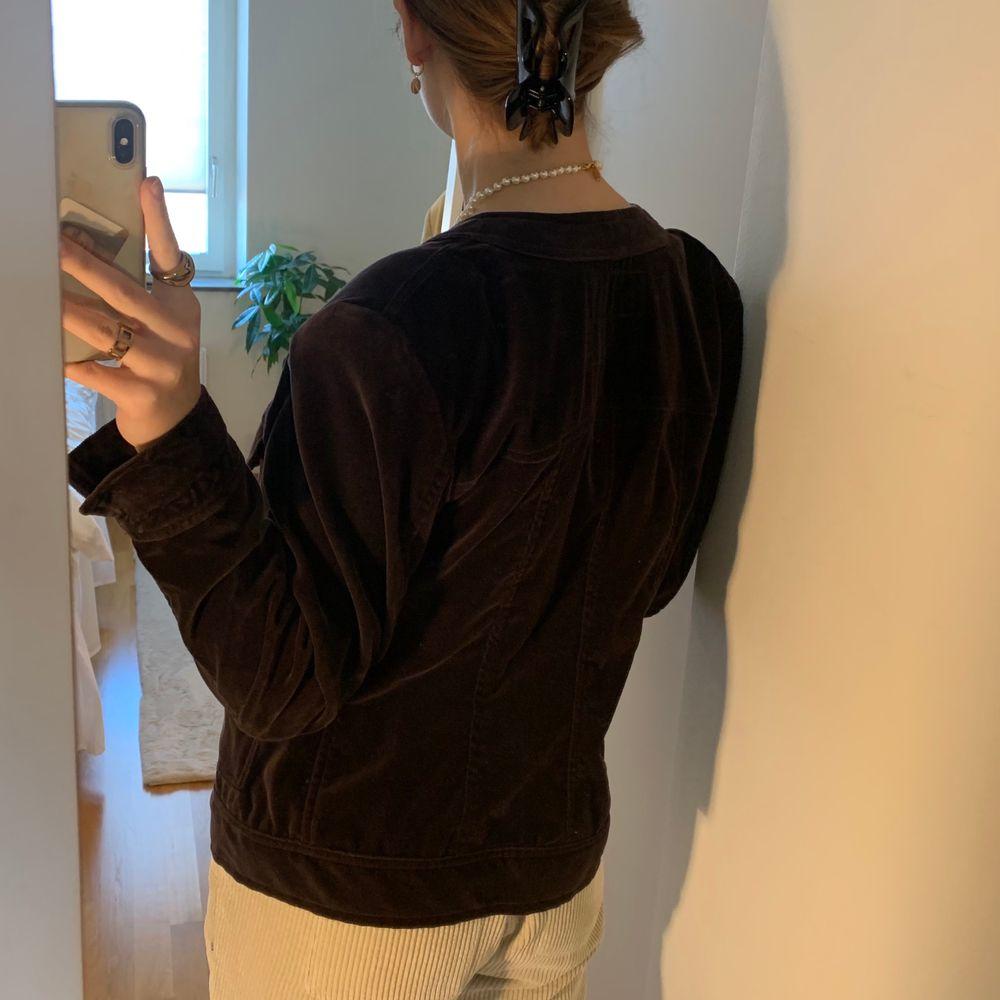Säljer min fina vintage Sonia Rykiel jacka! Jag är storlek S och jackan är oversized på mig, vilket jag tycker är otroligt snyggt!!!!💞 köparen står för frakten men jag möter även upp i Lund💞 . Jackor.