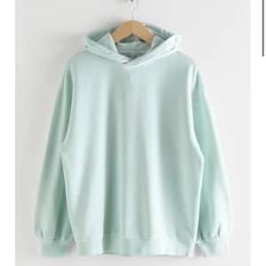 Säljer min fina mintgröna/blåa hoodie ifrån &otherstories som är oversized. Den är i jättefint skick då den bara är använd 2gånger. Den köptes för 590kr och säljs för 250kr.