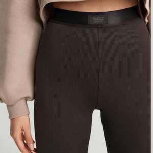 Bruna ribbade leggings från Gina tricot i storlek S.              Säljer pågrund av att jag inte har använt dom särskilt mycket, slutsåld på hemsidan och i butik