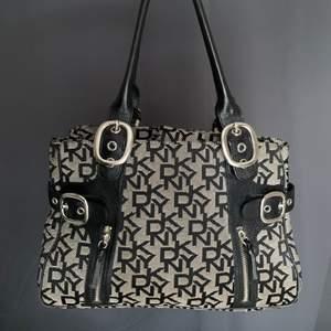 En jättefin handväska från DKNY Mått: 33x21cm Två stora fack Två mindre med dragkedja och två mindre utan dragkedja inuti.