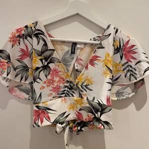 Säljer min blommiga topp från H&M som är i storlek XS. Bra skick och använd ett fåtal gånger. Köparen står för frakten. Skriv vid intresse🤍