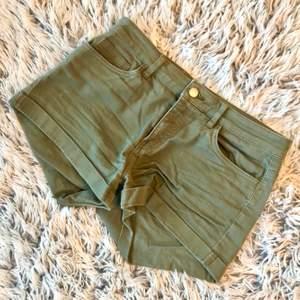 Säljer ett par militär gröna shorts i storleken 32. Växt ur dem och där via säljs de. Köpta från HM från början och är använda men är i ett bra skick. Frakt tillkommer anpassat till var man bor. Skriv angående fler bilder eller intresse!☺️💞
