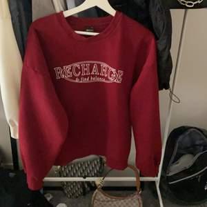 Ginas snygga college tröja nu aldrig använd men tyvärr så är pris lappen borta finns inte att köpa längre, Går inte att få tag på igen bud vid många intressen höj med minst 15kr ❤️