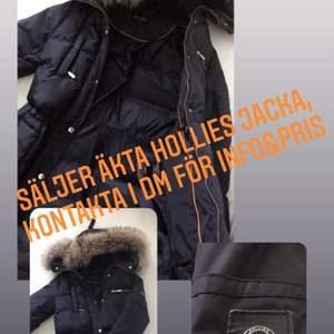 Säljer äkta hollies vinterjacka, ordinarie pris 4500kr. Kontakta mig för mer info kring jackan
