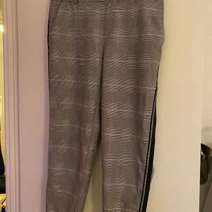 Säljer dessa rutiga kostymbyxorna från Vero Moda, i storlek L/30. Skriv för bättre bilder