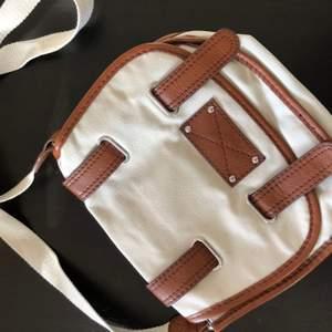 Söt tygväska från hm, säljs då den inte kmr till användning nyskick
