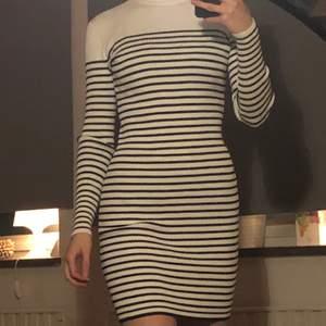 En jättefin superstretchig klänning fråg BikBok! Materialet är varmt, går stt använda på vintern. Eftersom den är stretchig så tror jag att den skulle passa L också. Använd två gånger, alltså  i bra skick. Säljs då den inte kommer till användning. 🥰🍃 (frakt inräknat i priset!!!)