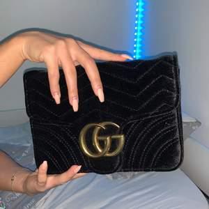 En Gucci väska utan kedja! ( äkta Gucci) ett hjärta där back också