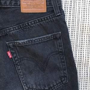 Snygga svarta Lewis jeans!! Säljer pga att dem är för korta för mig (se sista bilden) jag är 171 så tror dem hade suttit bättre i längesen på någon mellan 160-165😊 Byxorna är köpta för mer än ett år sedan, inte använda alls under detta år och i fint skick. Dem är vida och high waisted 🖤🖤🖤super fina!!