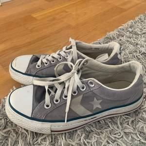 Ett par låga Converse, i bra skick med en liten fläck på högra foten, därefter lågt pris!