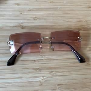 2000-tals inspirerande glasögon från shein, fick hem idag men passade ej mig, super fina och fodral och putsduk kommer med☺️ buda från 50kr i kommentarerna avslutar budgivningen 16/4!