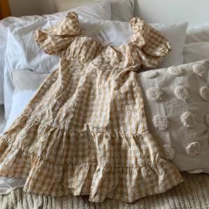 Så himla fin mönstrad klänning med puffärm. Klänningen har dragkedja i ryggen och är i storlek M. Klänningen är helt oanvänd. Köparen står för frakten🥰