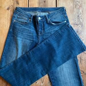 skitsnygga lågmidjade bootcut jeans som tyvärr inte kommer till lika mycket andvändning som jag hade hoppats! W:28 L:32 om fler är intresserade blir de budgivning☺️