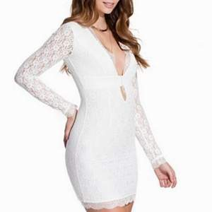 Säljer min fina, vita spetsklänning från märket Dry Lake. Superfin modell, tyvärr lite för stor för mig. I mycket bra skick! ☺️ Kan mötas upp i Mölndal alternativt postas om köparen står för frakten.