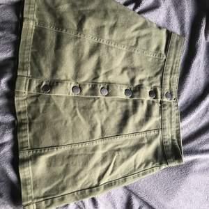 As cool militärgrön kjol med knappar fram som bara varit använd 2 gr! Strl 36