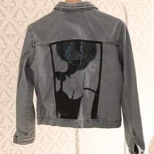 """En ljusblå/grå jeansjacka med slitningar och eget målat tryck på ryggen, jackan är sparsamt använd och har inga skador, Trycket på ryggen är lite """"stelt"""" om man känner på det men det är absolut inget man tänker på eller ser utåt. Jackan är i storlek L men sitter mer som en S.   Köparen står för frakten✨✨ 100+frakt"""