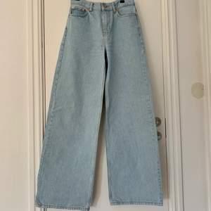 Ljusblå vida jeans från Junkyard! Använda 1 gång, i nyskick☺️ Midja 26!