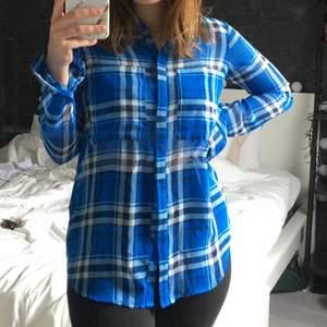 Väldigt fin skjorta som aldrig kommer till användning här hemma! Tunt material så perfekt till sommaren! Skitsnyggt med vita byxor!🤍 Köpt på New Yorker för längesen och har endast testat den🤍 Storlek XS men passar även S!
