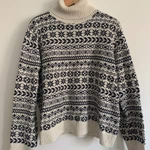 Stickad polo tröja köpt på Lindex för ett år sedan, knappt använd, i storlek L men passar M också.