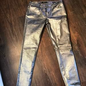 Skitsnygga silvriga jeans från Zara. Jag har aldrig använt dem. Var för små när jag fick hem dem. Jag har normalt storlek 40 på byxor, och hittade dessa i 38 och chansade men tyvärr är de för små... Därav inga bilder med dem på heller. Passar upp till storlek 38 beroende på hur du vill att de sitter!