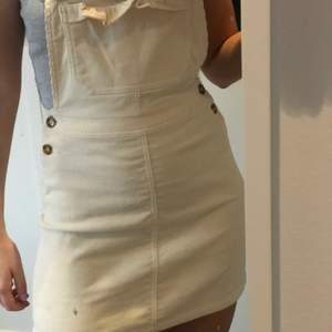 Säljer en jättesöt vit hängselklänning i manchster tyvärr är den för liten så därför säljer jag den vidare. Endast använd 1 gång