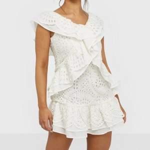 Säljer denna vita klänning som jag tänkt ha till studenten men hittade en som jag tyckte om mer. Köpt för runt 800kr. Skriv om du är intresserad!