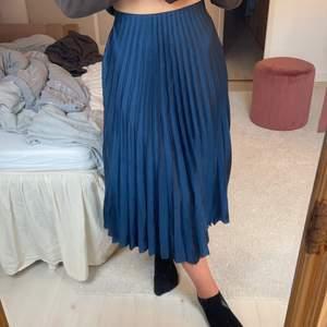 Blå lång plicerad kjol från Zara. Köpare står för frakt!
