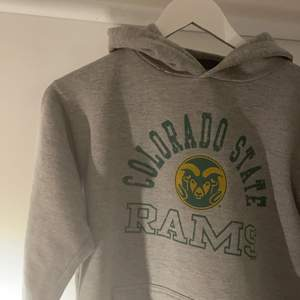 Skittung college hoodie Colorado State Rams. Passar om man är mellan 160-175cm lång ✌🏽 Budgivning från 150kr (+20kr mellan varje bud) eller köp direkt för 500kr.
