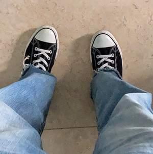 Skitsnygga Converse-sneakers i Bra skick. Dessa är Klassiker som man bara måste ha ett par av. De är lite för små för mig, så därför säljer jag dem. 💕